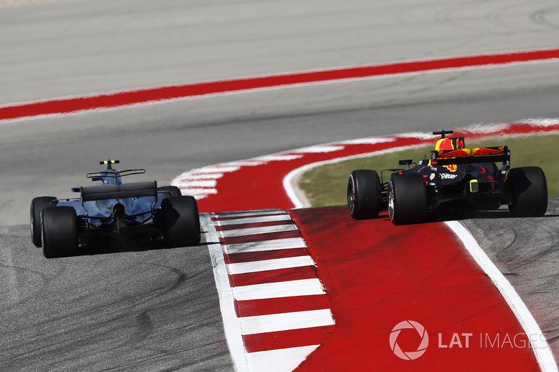 Valtteri Bottas, Mercedes AMG F1 W08, con Max Verstappen, Red Bull Racing RB13