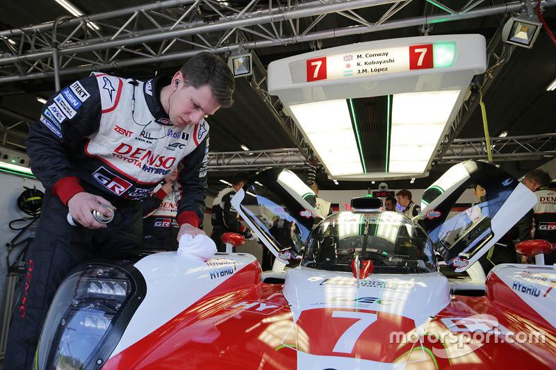 Mecánico de Toyota Gazoo Racing en el trabajo