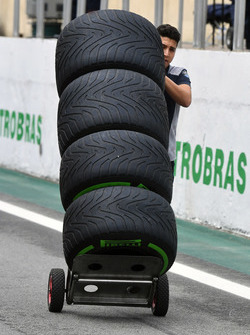 Механік Scuderia Toro Rosso із шинами Pirelli