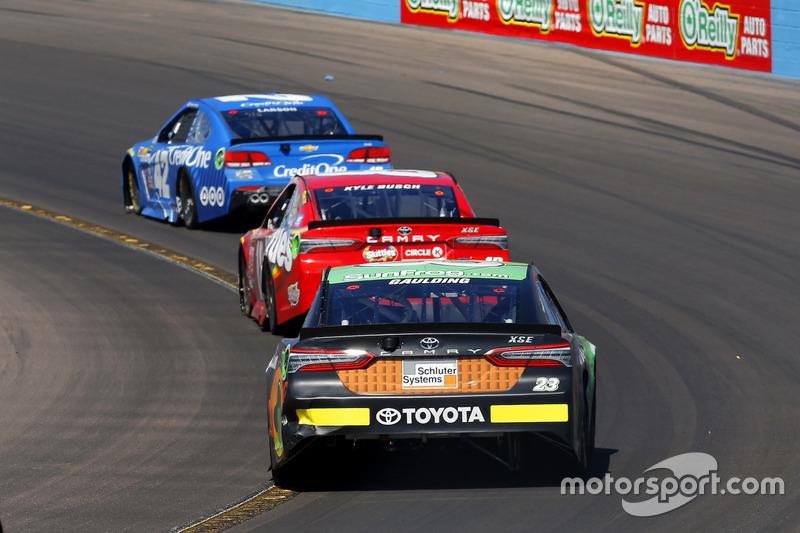 Gray Gaulding, BK Racing Toyota; Kyle Busch, Joe Gibbs Racing Toyota y Kyle Larson, Chip Ganassi Racing Chevrolet