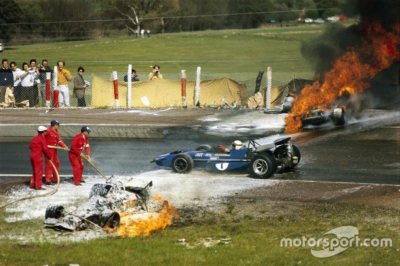 Аварія BRM Джекі Олівера та Ferrari Жакі Ікса. Повз проїжджає Джекі Стюарт