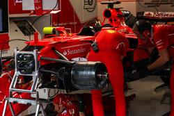 Meccanici Ferrari e dettaglio del telaio della Ferrari SF70H