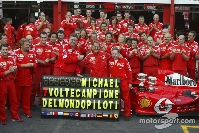 Michael Schumacher, Ferrari F2004 feiert mit dem Team seinen 7. WM-Titel mit Jean Todt und Ross Brawn