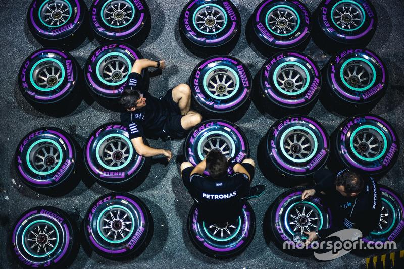 Механіки Mercedes AMG F1 і шини Pirelli