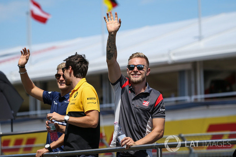 Marcus Ericsson, Sauber, Jolyon Palmer, Renault Sport F1 Team RS17 and Kevin Magnussen, Haas F1 on t