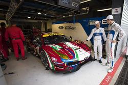 Andy Priaulx, Harry Tincknell, Ford Chip Ganassi Racing, viendo el #51 AF Corse Ferrari 488 GTE en el garaje