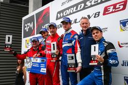 Il vincitore della gara Alfonso Celis Jr., Fortec Motorsports, il secondo classificato Roy Nissany,