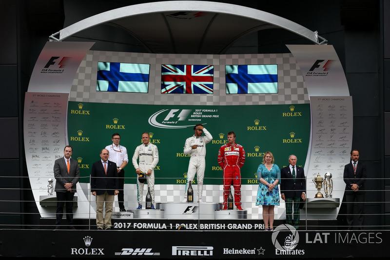 Подіум: переможець Льюіс Хемілтон (Mercedes AMG_, другий призер Валттері Боттас (Mercedes AMG), третій призер Кімі Райкконен (Ferrari) та Пітер Боннінгтон - гоночний інженер Mercedes AMG