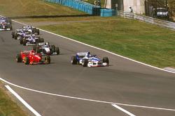 Дэймон Хилл, Arrows A18 Yamaha, Эдди Ирвайн, Ferrari F310B и Мика Хаккинен, McLaren MP4/12 Mercedes
