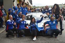 Il team Ombra Racing festeggia la vittoria