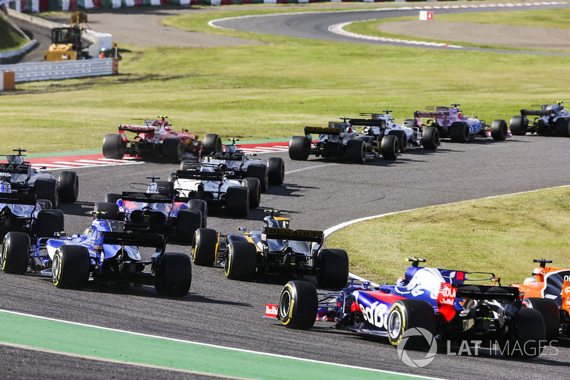 Jolyon Palmer, Renault Sport F1 Team RS17, Pascal Wehrlein, Sauber C36, Fernando Alonso, McLaren MCL32, Carlos Sainz Jr., Scuderia Toro Rosso STR12, chase the pack at the start