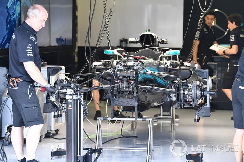 Mercedes-Benz F1 W08 Hybrid in de garage