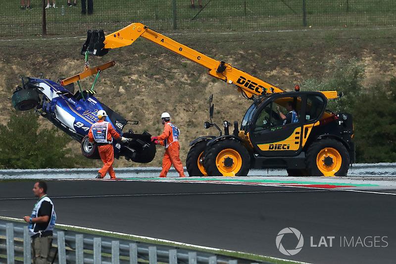 Coche chocado de Pascal Wehrlein, Sauber C36 es removido