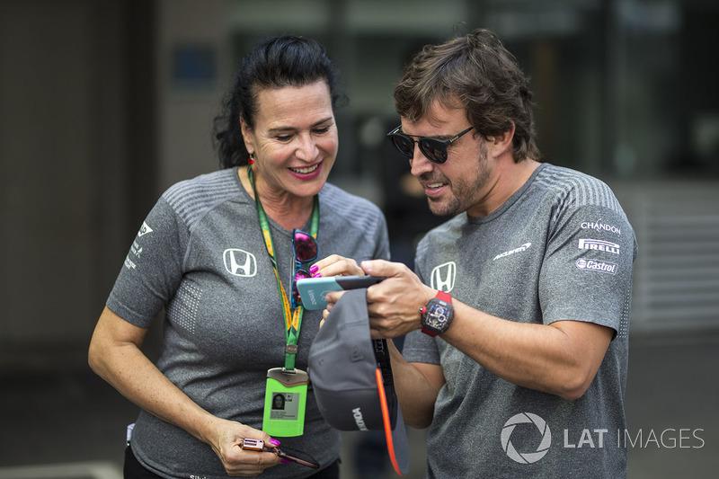 Fernando Alonso, McLaren und Silvia Hoffer Frangipane, McLaren-Pressesprecherin