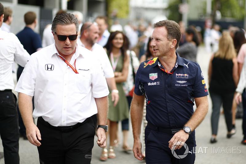 Zak Brown, Director McLaren Technology Group, Christian Horner, director del equipo, Red Bull Racing, en el paddock