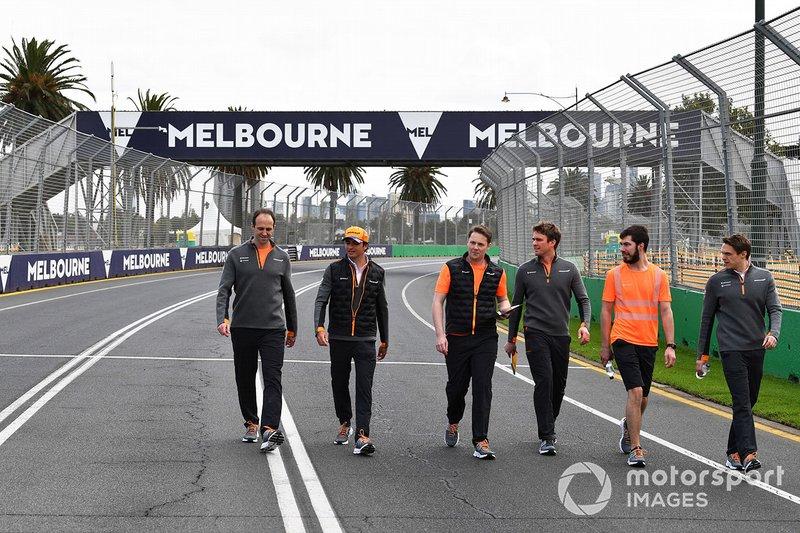 Carlos Sainz Jr., McLaren, ispeziona il circuito con il suo team