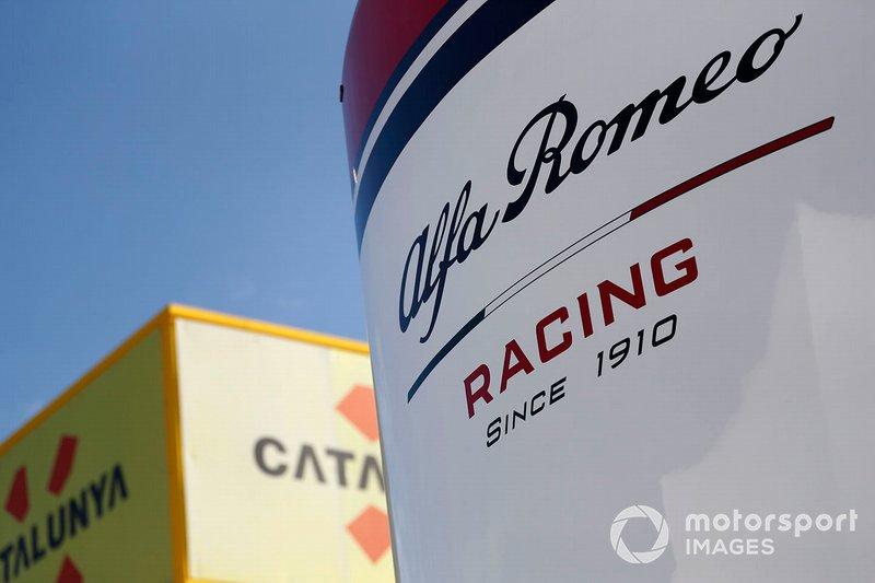 Logo Alfa Romeo Racing sul motorhome