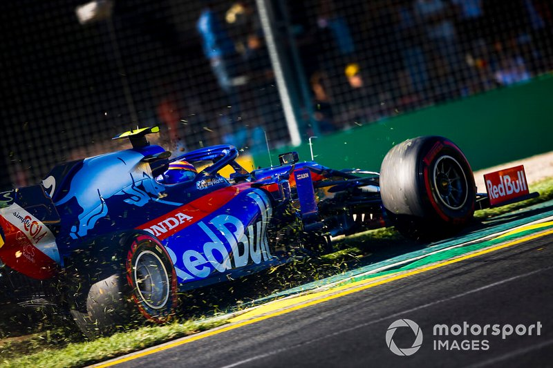 Alexander Albon, Toro Rosso STR14 on the grass