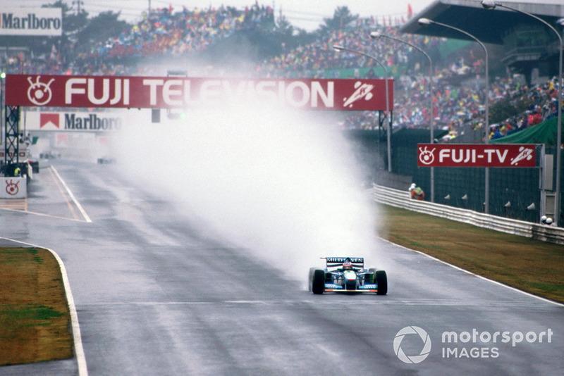 За десять кругов до финиша Шумахеру пришлось ехать в боксы. Он получил новые шины, топливо до финиша и пустился в погоню за Хиллом, который стал лидером гонки. Темп на этих последних кругах у Шумахера был феноменальным – он отыгрывал почти по 2 секунды с круга