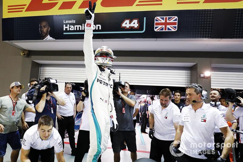 Lewis Hamilton, Mercedes AMG F1 W09, comemora a pole