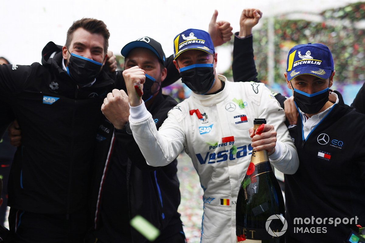 Stoffel Vandoorne, Mercedes-Benz EQ, 1st position, celebrates with members of his team