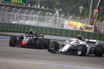 Charles Leclerc, Sauber C37 passe Kevin Magnussen, Haas F1 Team VF-18