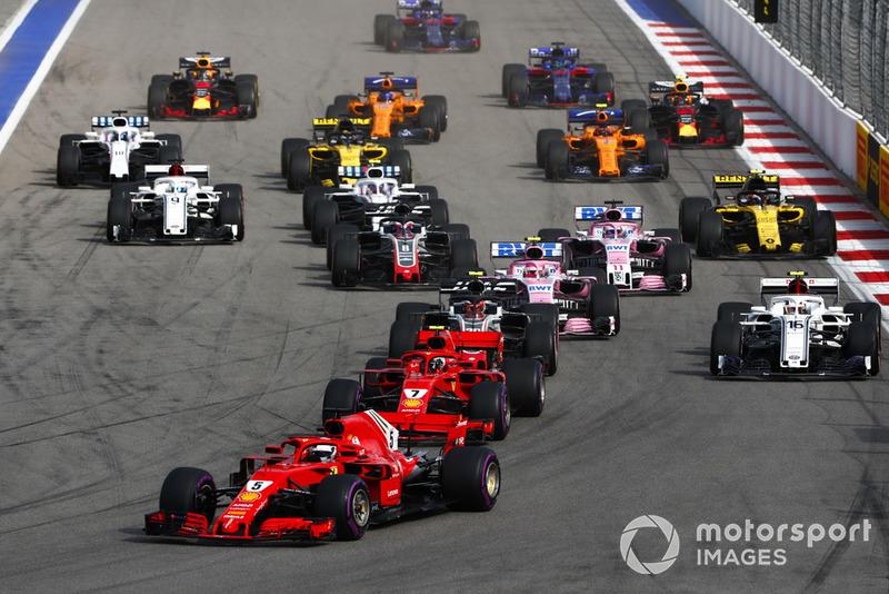 Départ : Sebastian Vettel, Ferrari SF71H, devant Kimi Raikkonen, Ferrari SF71H, et Kevin Magnussen, Haas F1 Team VF-18
