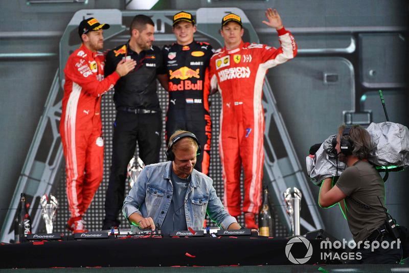 Победитель Макс Ферстаппен, Red Bull Racing, инженер Гийом Рокелен, второе место – Себастьян Феттель, третье место – Кими Райкконен, Ferrari, Армин ван Бюрен
