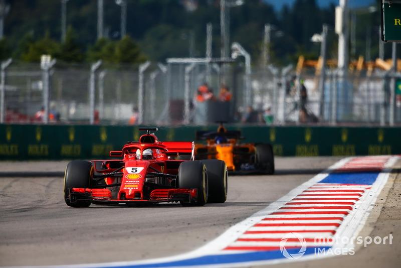 Sebastian Vettel, Ferrari SF71H, Fernando Alonso, McLaren MCL33