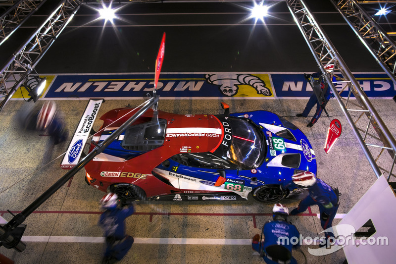 #68 Ford Chip Ganassi Racing Ford GT: Joey Hand, Dirk Müller, Tony Kanaan, pit action