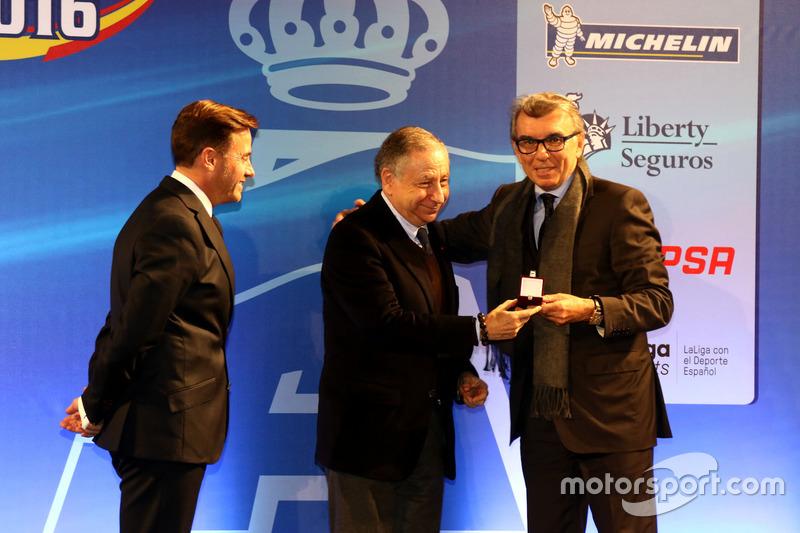 Insignia de Oro de la RFEdA a Jaime Alguersuari