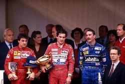 Podium: ganador, Ayrton Senna, McLaren, segundo, Jean Alesi, Ferrari, tercero, Nigel Mansell, Williams, Principe Rainier, Princesa Stephanie de Mónaco, Principe Albert de Mónaco, Ron Dennis, McLaren