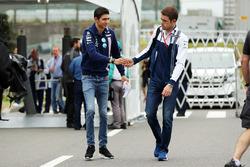 Гонщик Sahara Force India F1 Эстебан Окон и ведущий Sky Sport Пол ди Реста