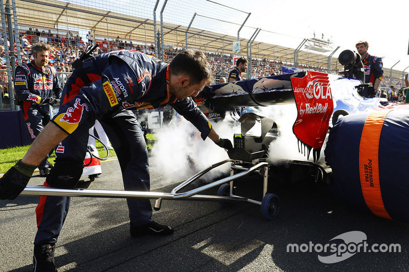 Apaga un extintor en el coche de Daniil Kvyat, Scuderia Toro Rosso STR12