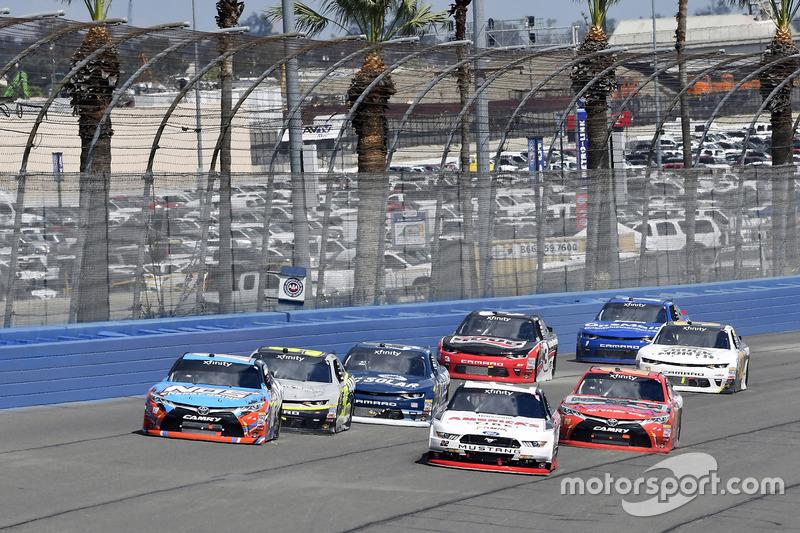 Kyle Busch, Joe Gibbs Racing Toyota y Joey Logano, Team Penske Ford