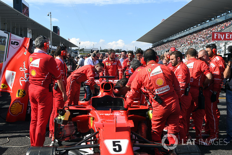 Ferrari mechanics observan el coche de Sebastian Vettel, Ferrari SF70H, problemas técnicos