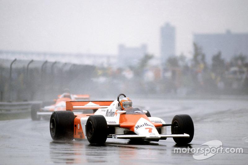 Джон Уотсон, McLaren MP4/1-Ford Cosworth впереди Марио Андретти, Alfa Romeo 179C