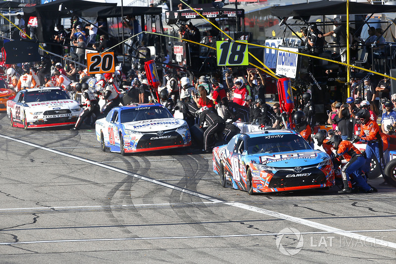 Kyle Busch, Joe Gibbs Racing Toyota, Ryan Preece, Joe Gibbs Racing Toyota, Brad Keselowski, Team Penske Ford pit stop