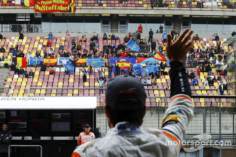 Fernando Alonso, McLaren, winkt den Fans zu