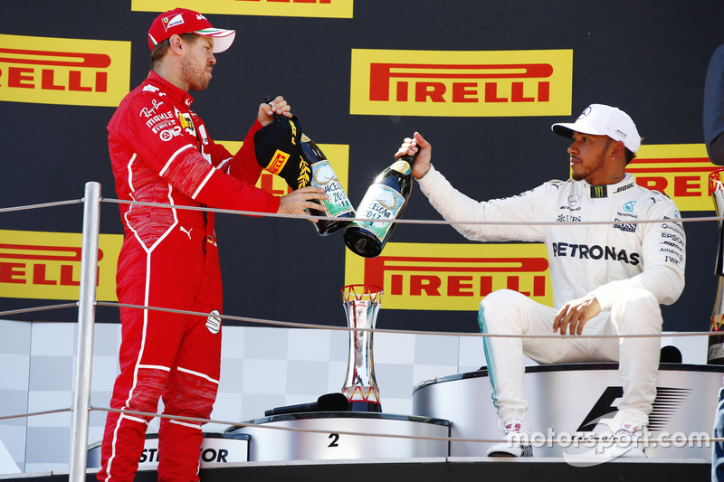 Podio: segundo lugar Sebastian Vettel, Ferrari, ganador de la carrera Lewis Hamilton, Mercedes AMG F1