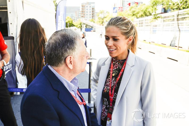 Presidente de la FIA Jean Todt habla con Nikki Shields  en pits
