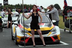 Grid girl of Mato Homola, DG Sport Compétition, Opel Astra TCR