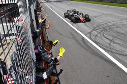 Romain Grosjean, Haas F1 Team VF-18, riceve le congratulazione del suo team alla fine della gara