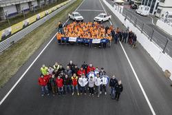 Foto di gruppo dei piloti con i marshall