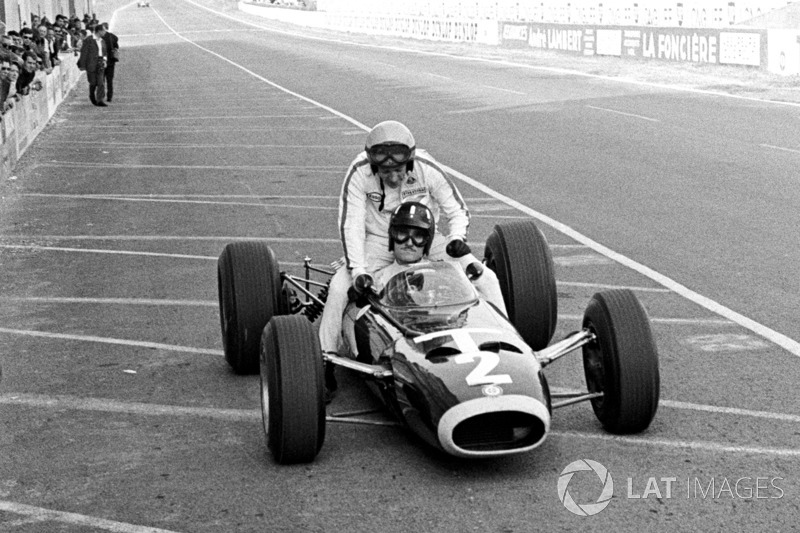 Reims 1966: Peter Arundell (Lotus) menumpang Graham Hill (BRM)