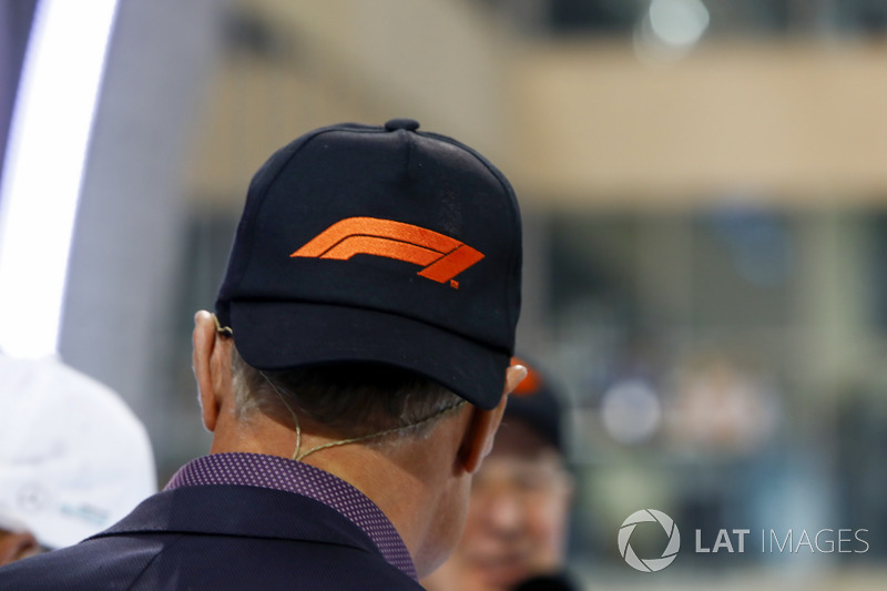 David Coulthard, Tv Presenter, con el nuevo logo en su gorra