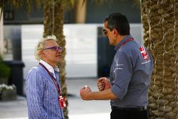 Руководитель Haas F1 Team Гюнтер Штайнер и Жак Вильнёв