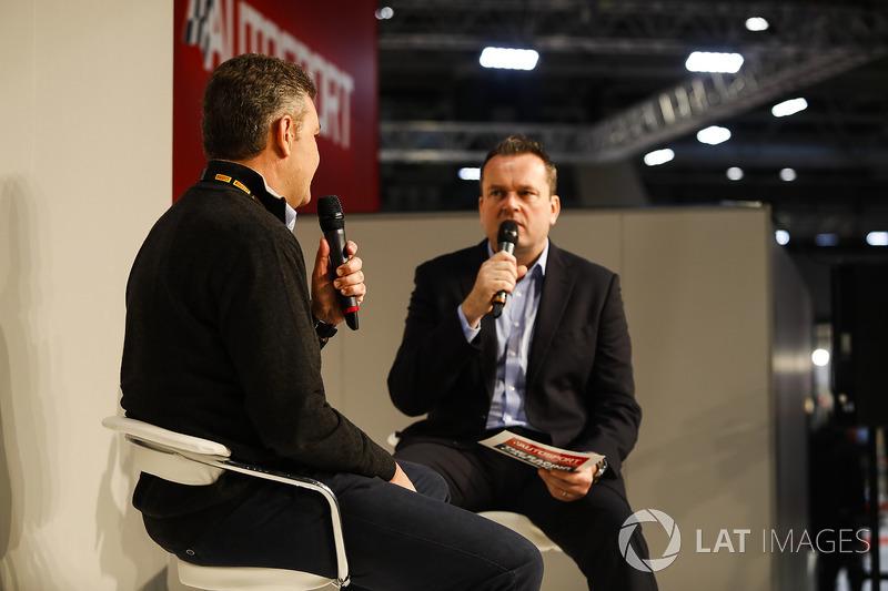 Henry Hope-Frost in gesprek met Mario Isola van Pirelli op de Autosport Stage