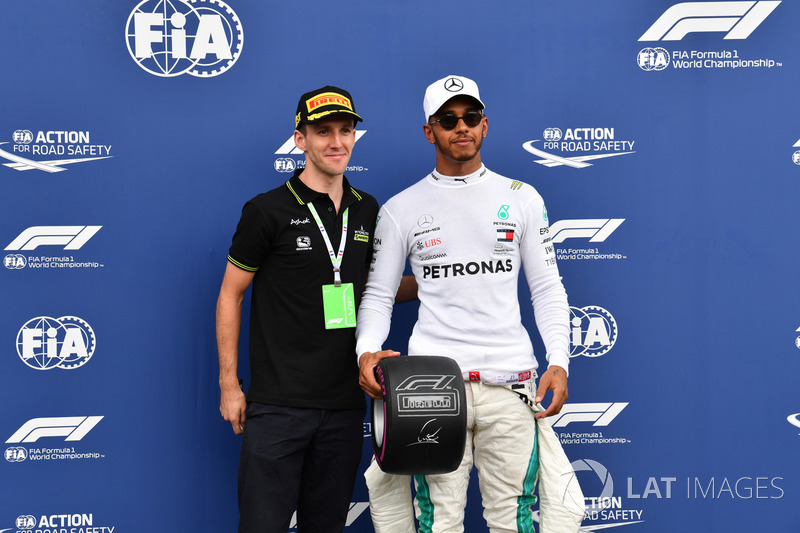 Lewis Hamilton, Mercedes-AMG F1, Pirelli Pole pozisyonu ödülünü alıyor, Simon Yates