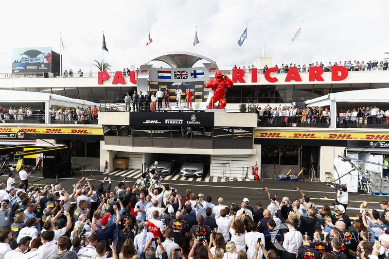 Podio: Ron Meadows, Director deportivo, Mercedes AMG, segundo lugar Max Verstappen, Red Bull Racing, ganador de la carrera Lewis Hamilton, Mercedes AMG F1, y el tercer lugar Kimi Raikkonen, Ferrari